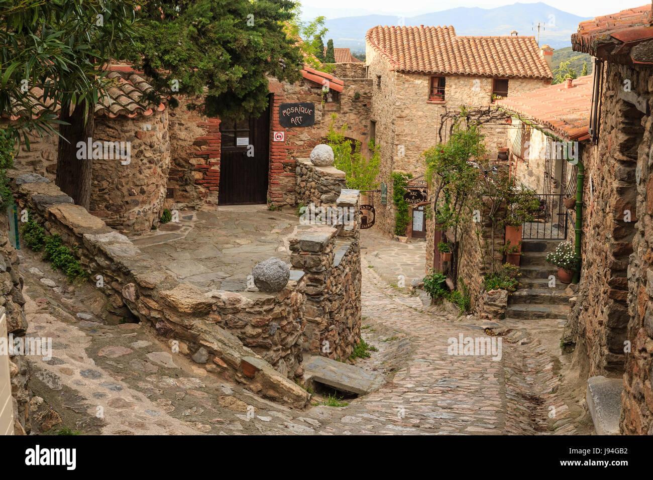 Francia, Pirenei orientali, Castelnou etichettati Les Plus Beaux Villages de France (il più bel villaggio della Francia), street nel villaggio Foto Stock