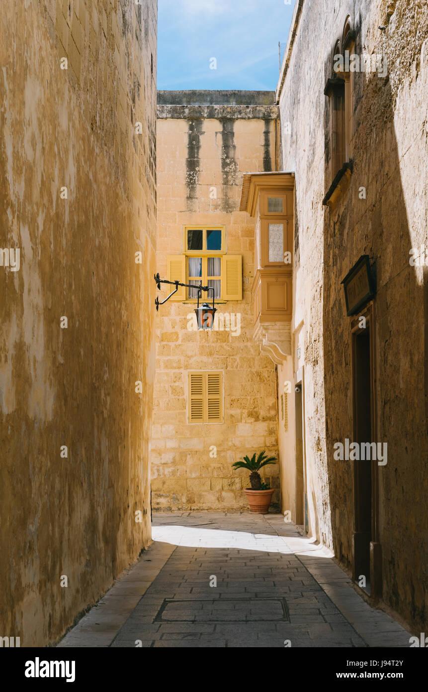Strada stretta della città silenziosa, Mdina, Malta Immagini Stock