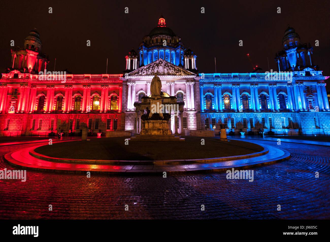 Belfast, Irlanda del Nord. 05 Giugno, 2017. 5 Giugno 2017. Belfast City Hall illuminato in rosso, bianco e blu in Immagini Stock