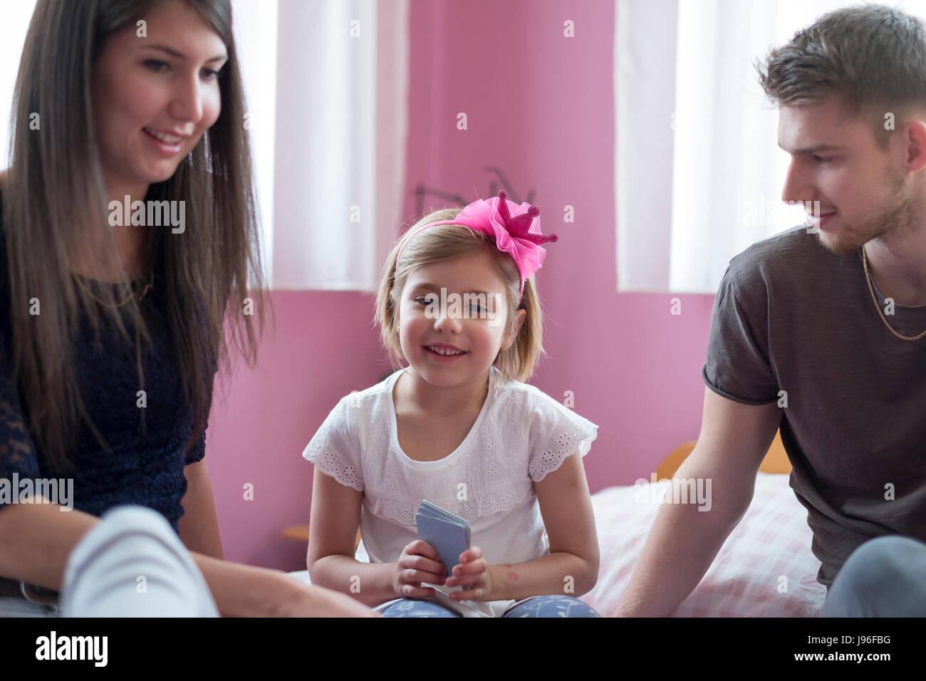 Mamma e figlia giocando a letto. E per il divertimento di tutta la famiglia concept Immagini Stock