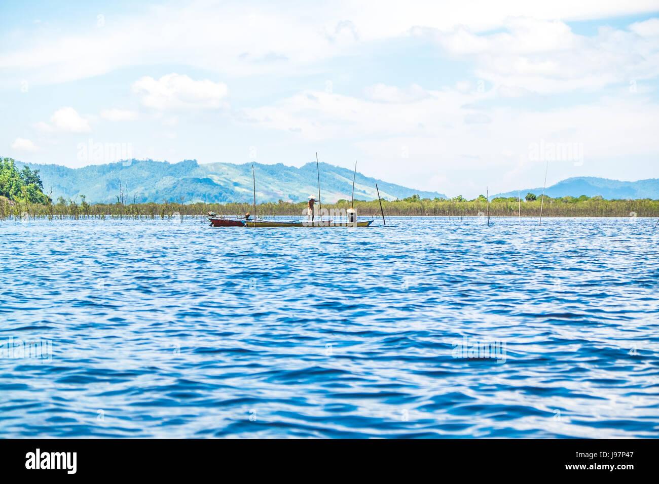 La pesca ai pescatori per la gestione del loro trappole di pesce nel mezzo del lago Sentarum nel Kalimantan ovest Immagini Stock