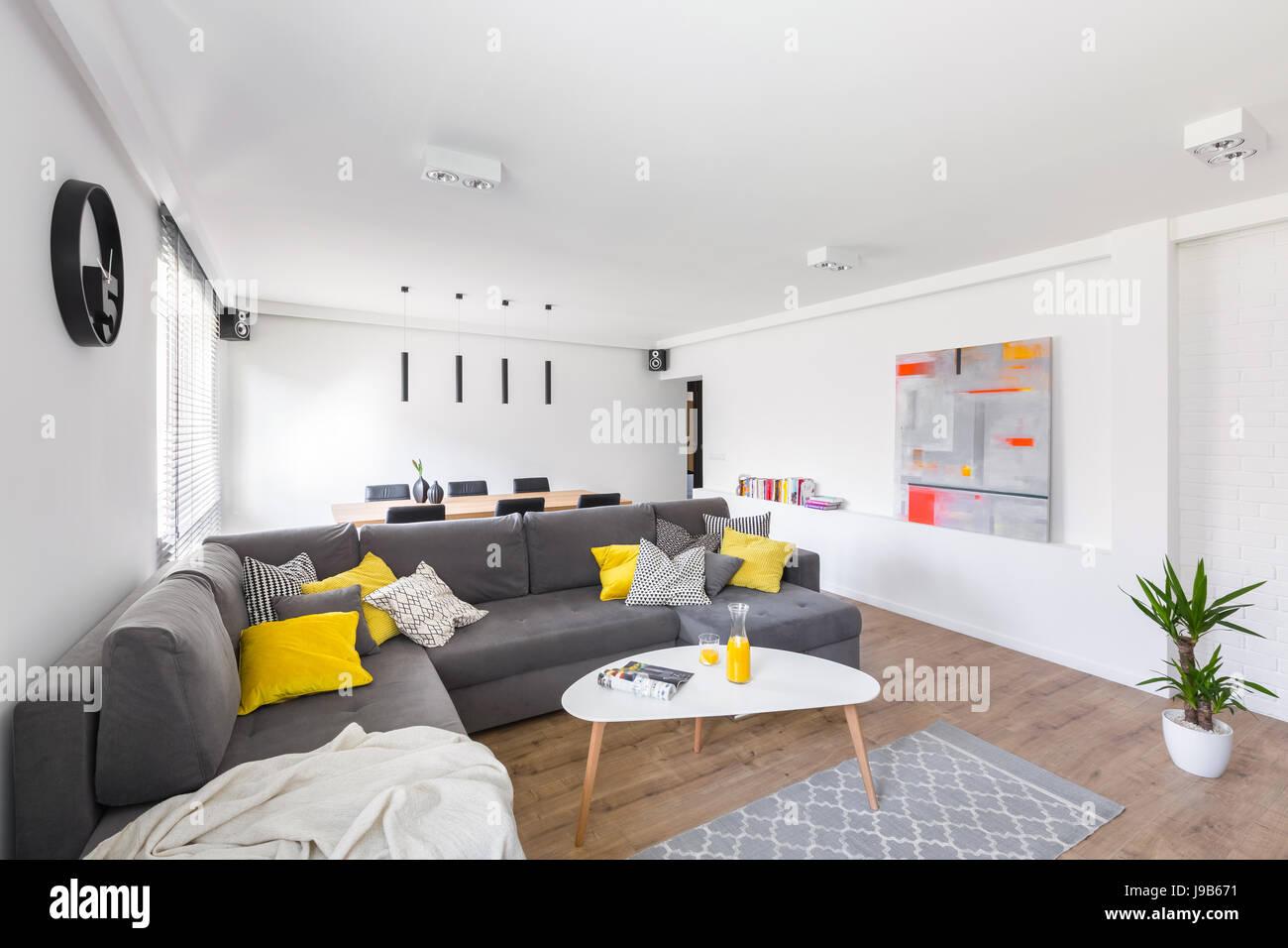 Salotto Moderno Bianco E Grigio : Edificio moderno bianco soggiorno con ampio divano grigio e di
