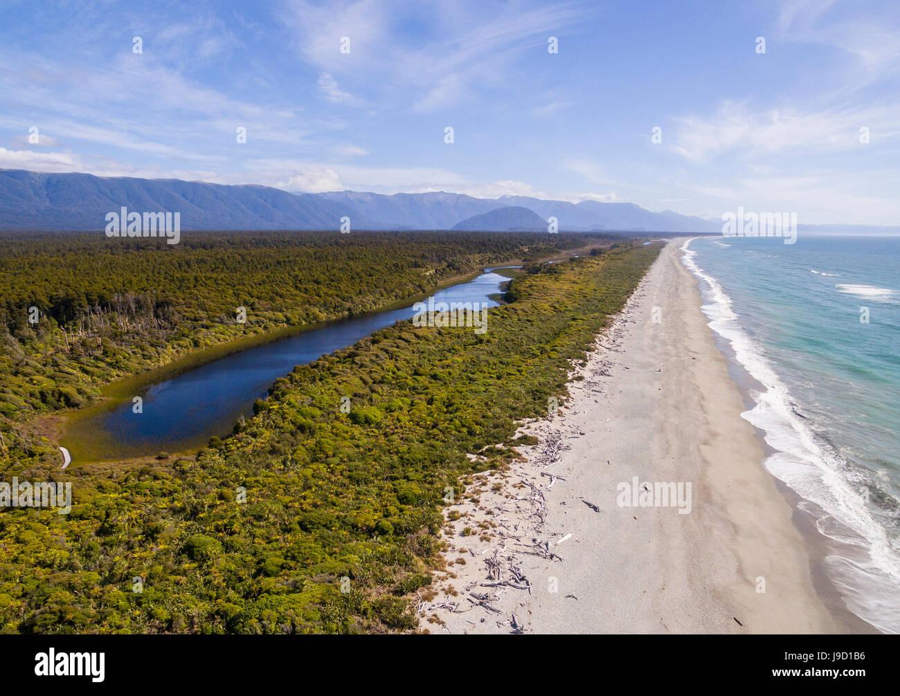 Vista aerea, la spiaggia e la vista della costa, moderata nella foresta pluviale e lago, Alpi del Sud, nave Creek, Immagini Stock