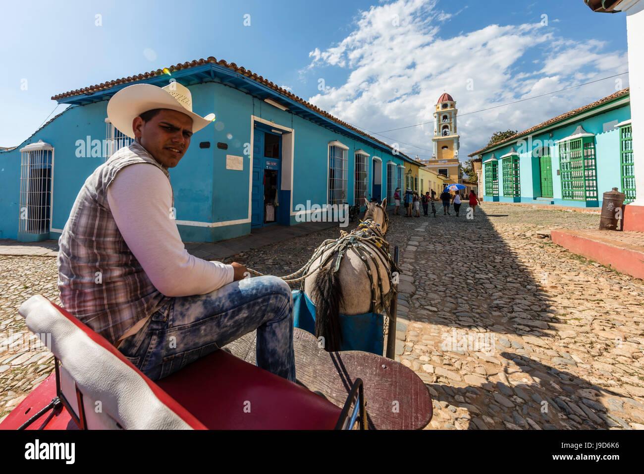 Una carrozza trainata da cavalli noto localmente come un coche in Plaza Mayor, nella città di Trinidad, UNESCO, Immagini Stock