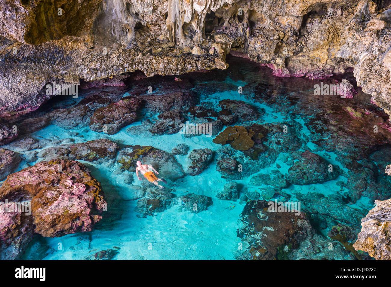 I turisti di nuoto nella splendida roccia Avaiki pozze di marea Niue, South Pacific Pacific Immagini Stock