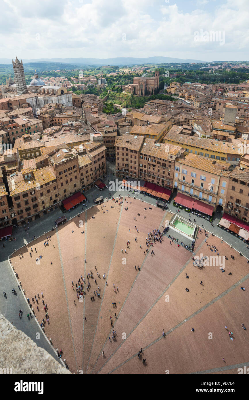 Vista superiore della Piazza del Campo con gli edifici storici e la Fonte Gaia fontana, Siena, UNESCO, Toscana, Immagini Stock