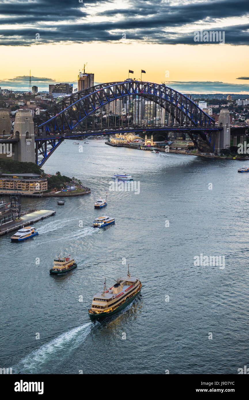 Vista sul porto di Sydney dopo il tramonto di Sydney, Nuovo Galles del Sud, Australia Pacific Immagini Stock