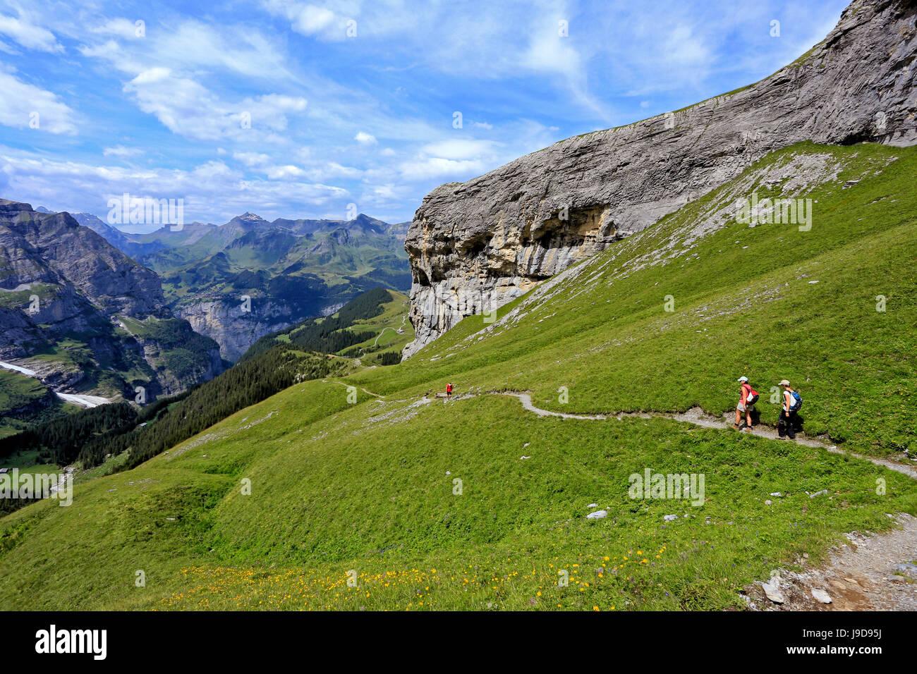 Gli escursionisti a Kleine Scheidegg, Grindelwald, Oberland bernese, Svizzera, Europa Immagini Stock