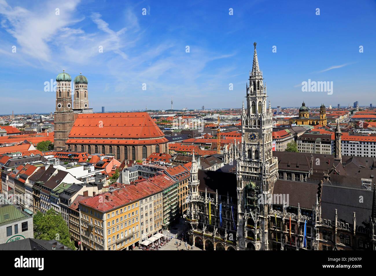Vista dalla chiesa di San Pietro fino a Marienplatz, il Municipio e la chiesa di Nostra Signora, Monaco di Baviera, Immagini Stock