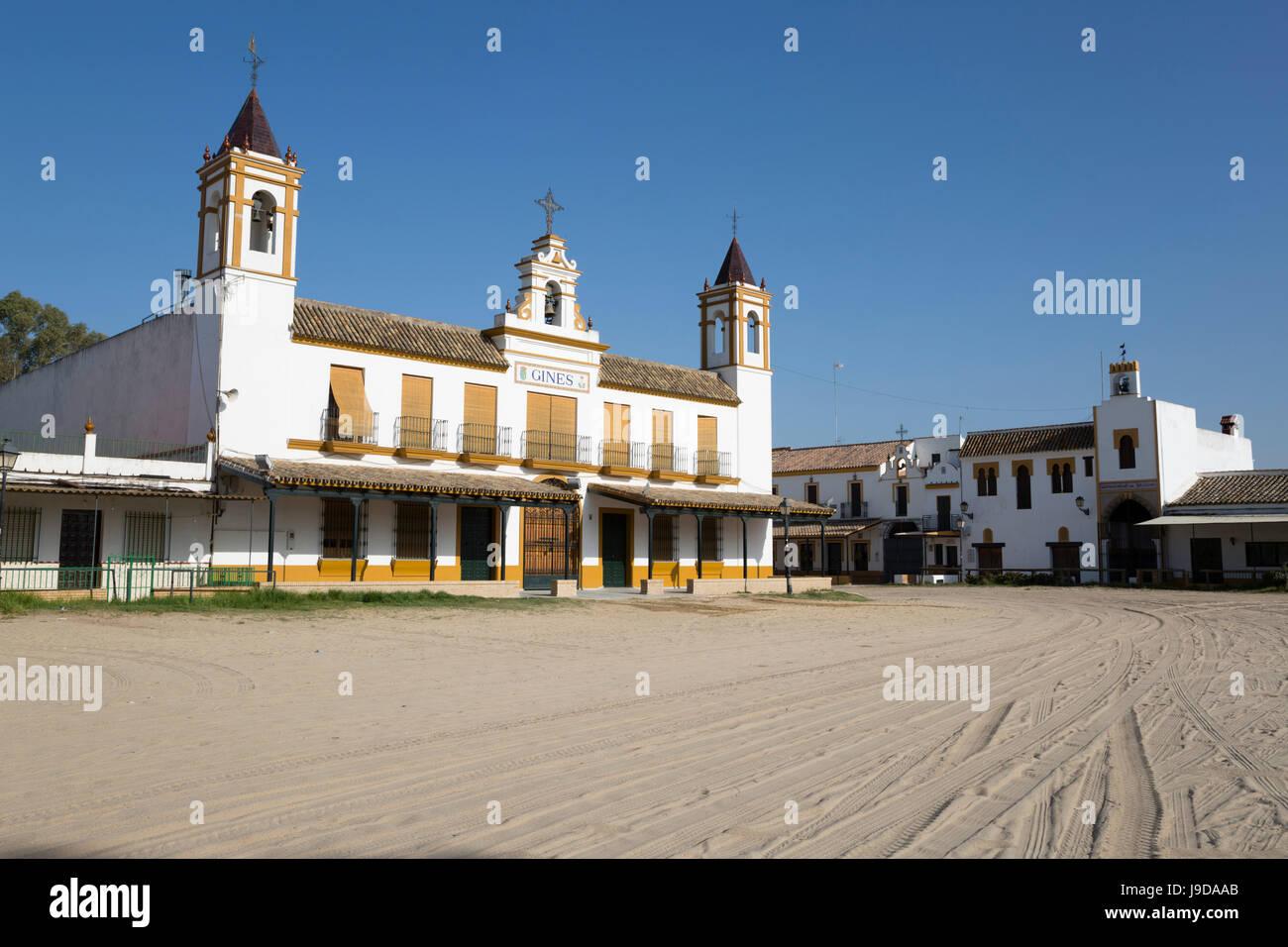 Le strade di sabbia e di fraternità case, El Rocio, provincia di Huelva, Andalusia, Spagna, Europa Foto Stock