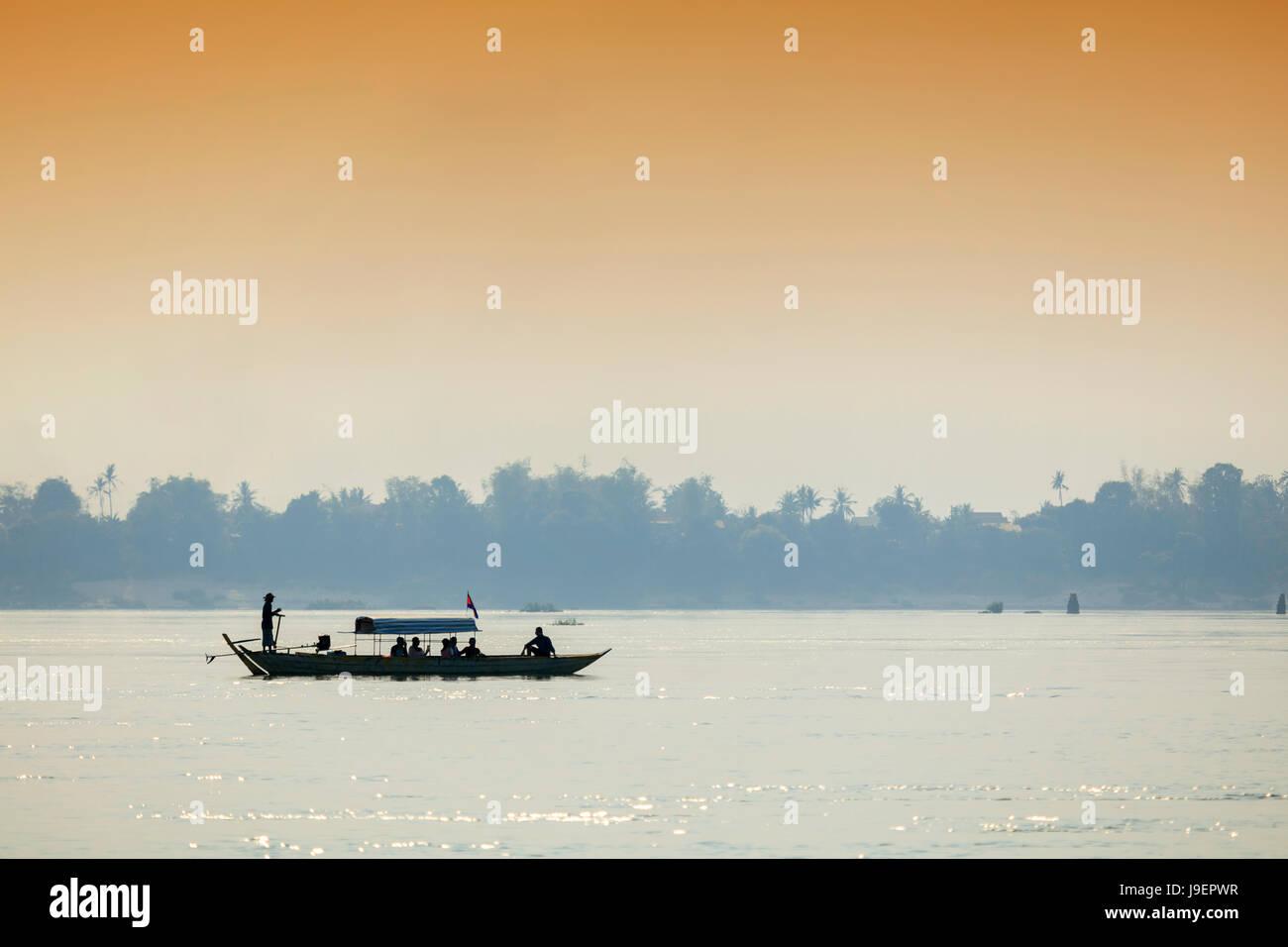 La barca turistica sul fiume Mekong cercando di Irrawaddy delfini di fiume nei pressi di Kratie Foto Stock