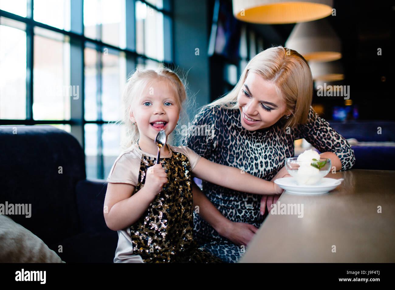 Madre e figlia in cafe Immagini Stock