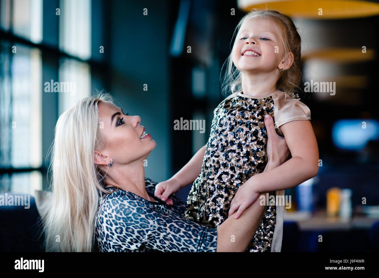 La madre alzò la piccola figlia Immagini Stock