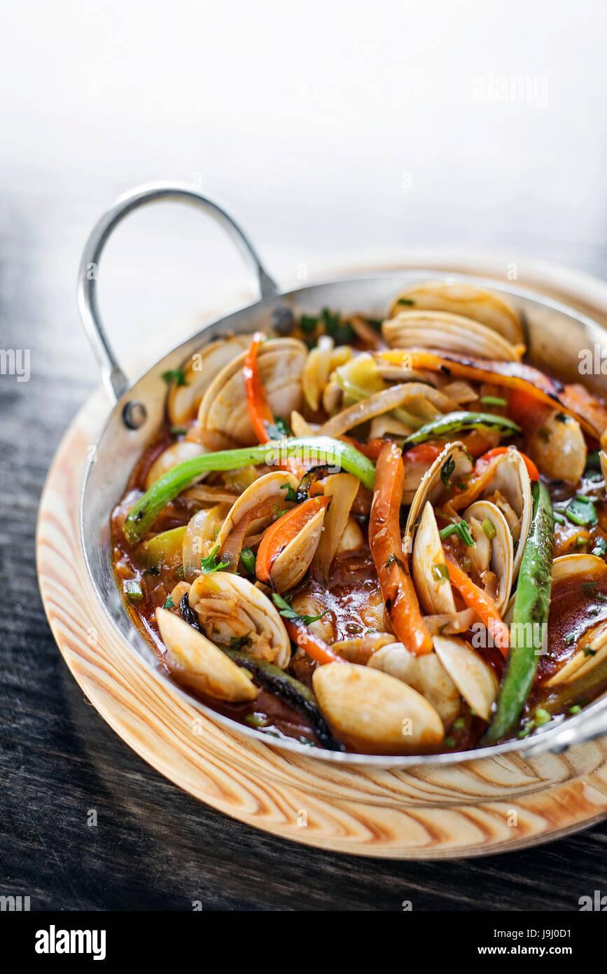 Portoghese gourmet clam vegetale e stufato di pesce speziato in salsa di pomodoro Immagini Stock