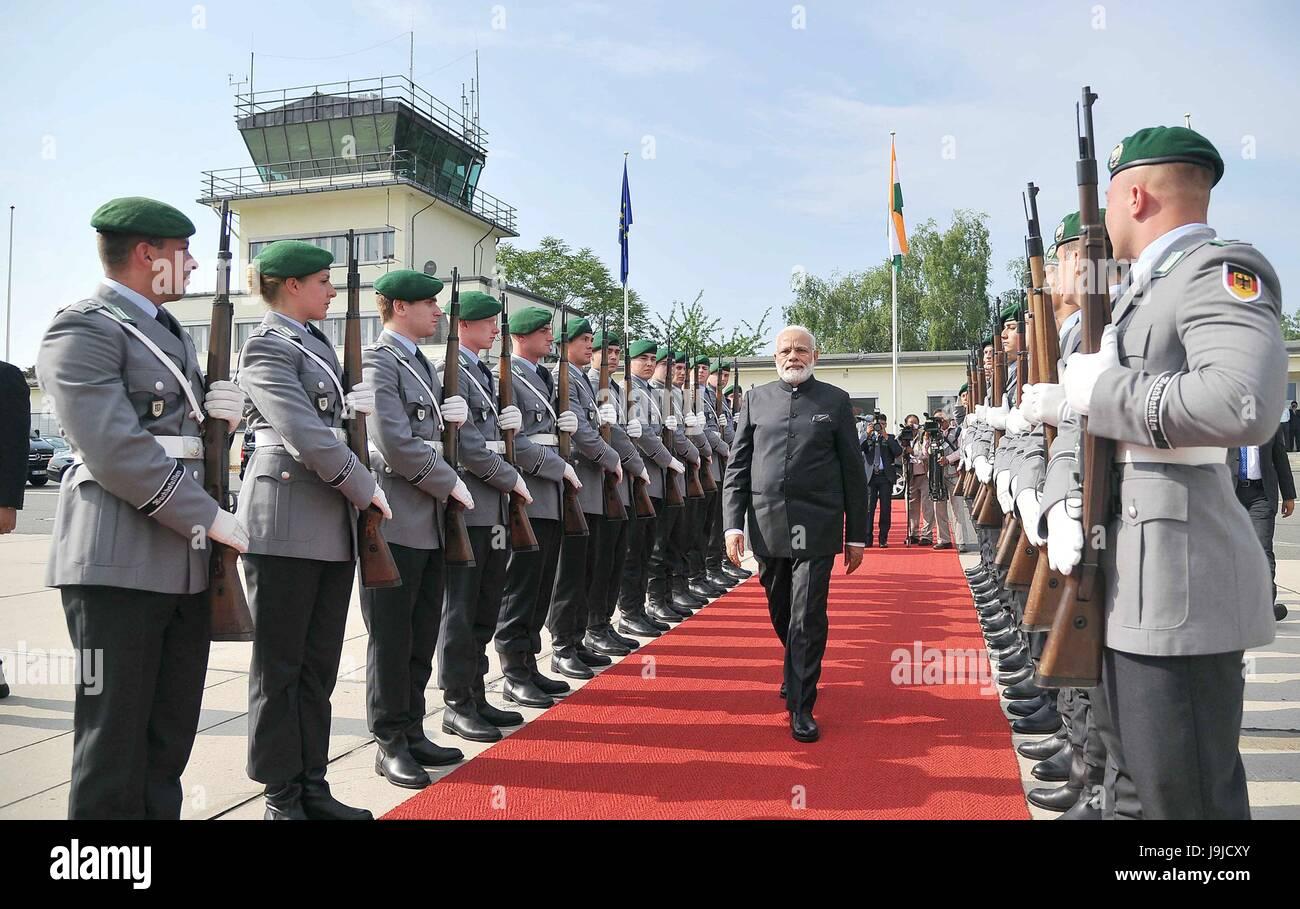 Primo Ministro indiano Narendra Modi passeggiate passato il tedesco della guardia d'onore che si prepara a partire Immagini Stock