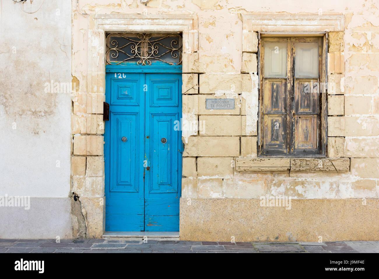 Un dipinto luminosamente porta blu su un vecchio edificio in pietra nelle malat Immagini Stock