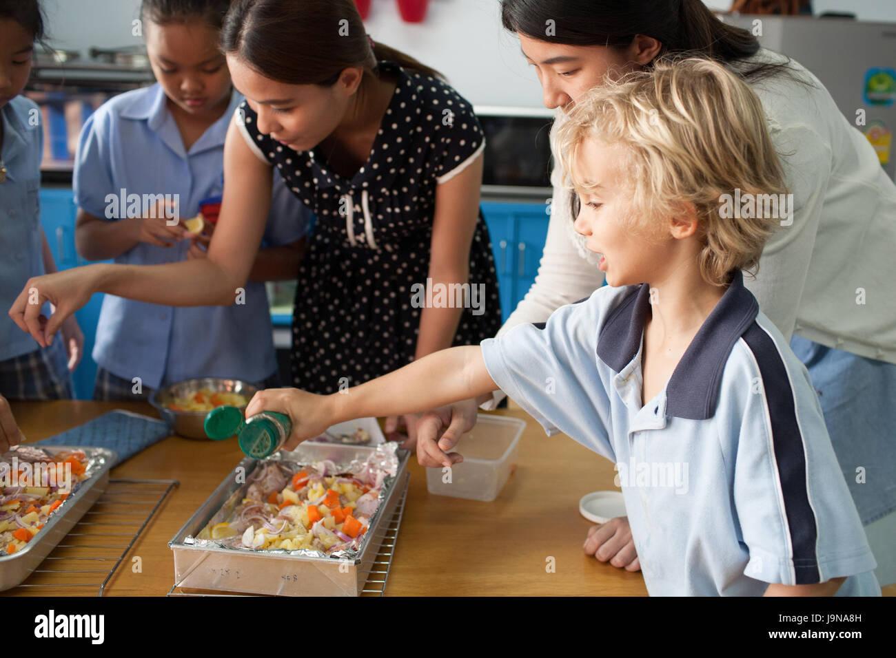 Bangkok, Tailandia - 23 Novembre 2012 : in un college di Bangkok in Thailandia. Giovani studenti prendere un corso Immagini Stock