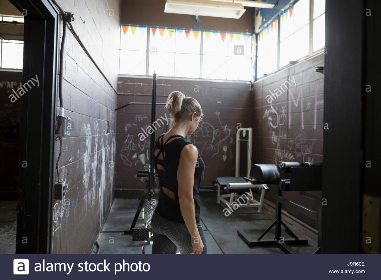 Montare donna pesi nella palestra grintoso Immagini Stock