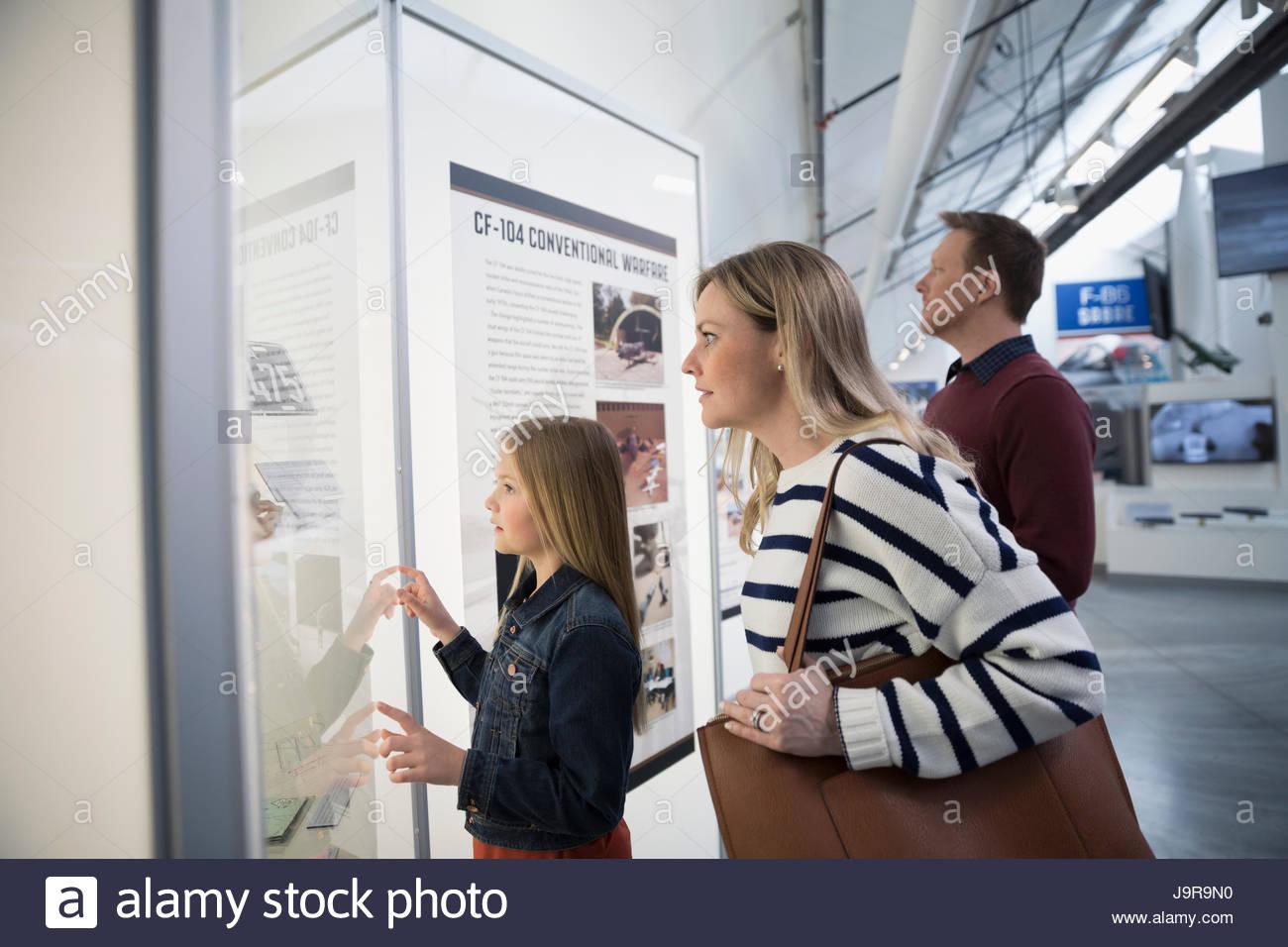 Famiglia guardando presentano nel museo della guerra Immagini Stock