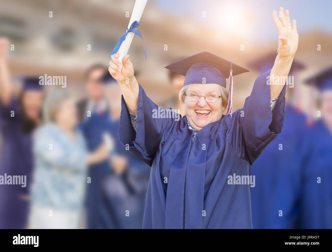 Felice Senior donna adulta nel cappuccio e abito a Outdoor cerimonia di  laurea. fed3cd9f22d1