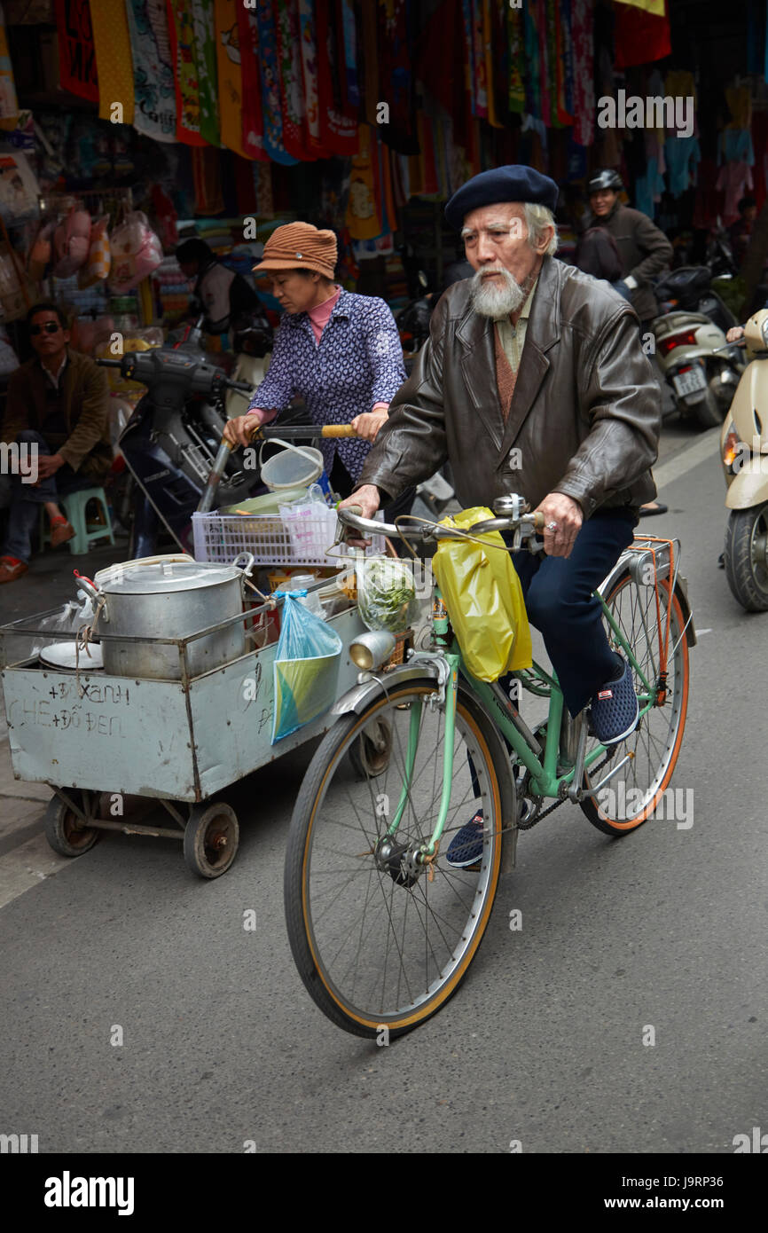Uomo anziano su una bicicletta, il vecchio quartiere di Hanoi, Vietnam Immagini Stock