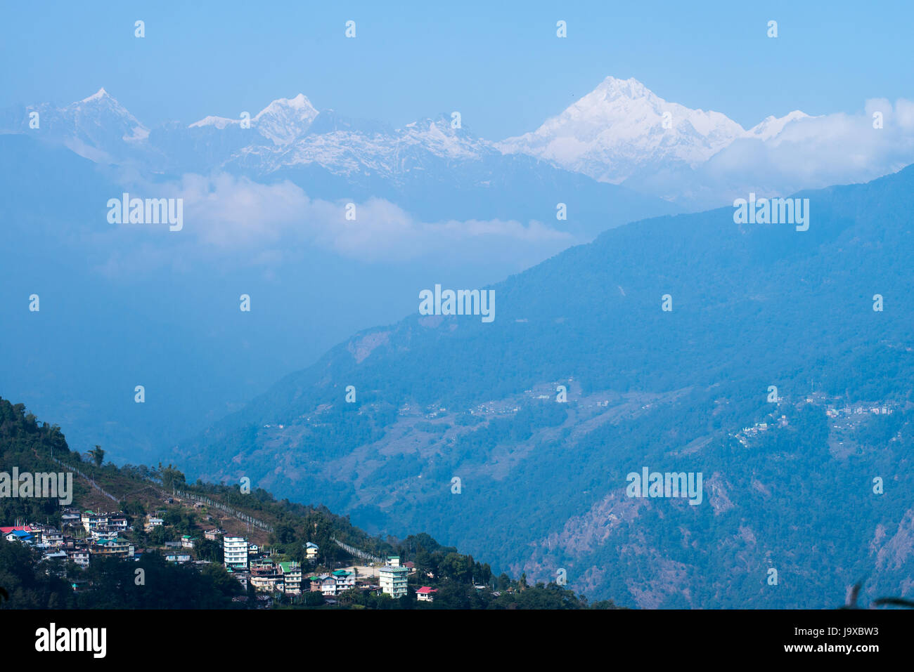Gangtok town e gamma Kangchenjunka visto dal punto di vista Tashi, Sikkim, India Immagini Stock