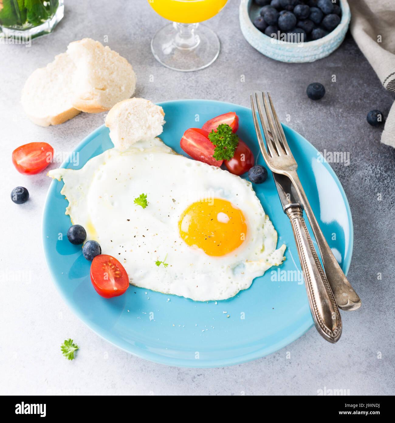 Uova fritte e succo di arancia Immagini Stock