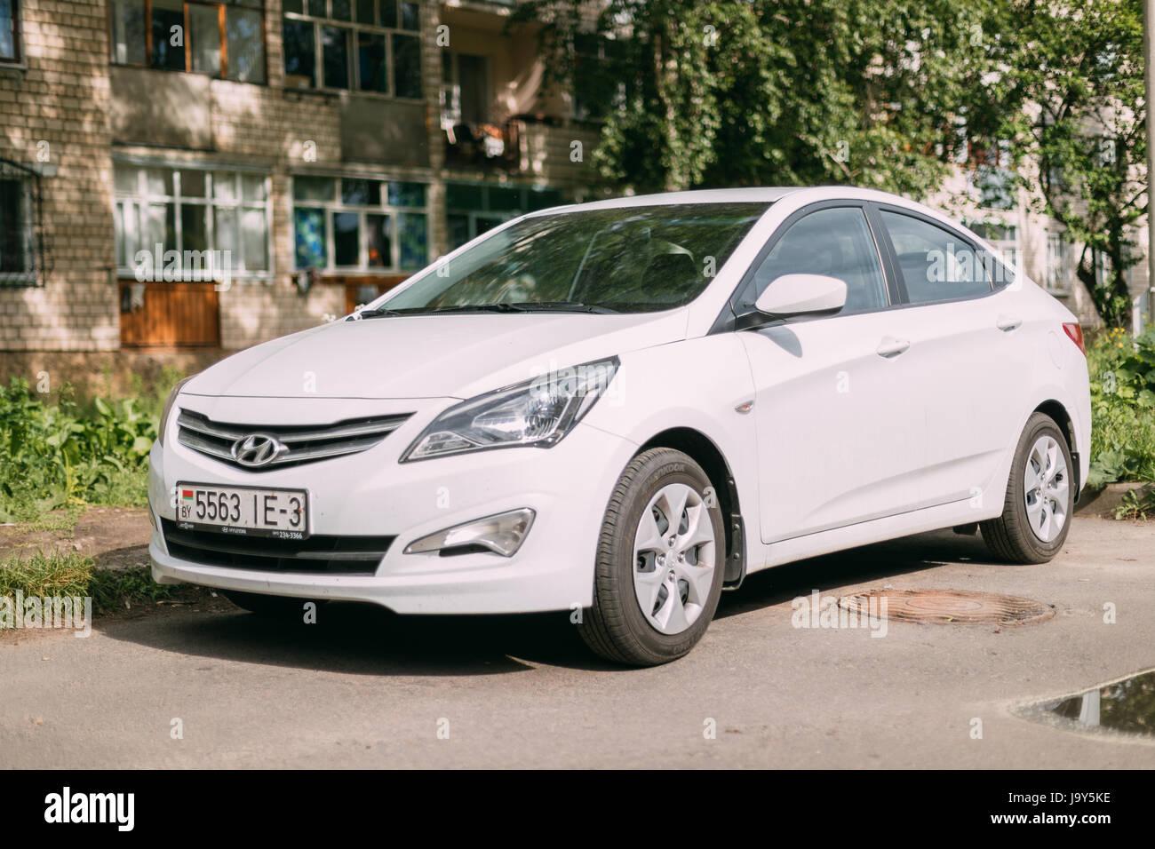 Gomel, Bielorussia - 27 Maggio 2017: Hyundai Accent Verna Solaris Sedan auto parcheggiate in strada della zona residenziale. Immagini Stock