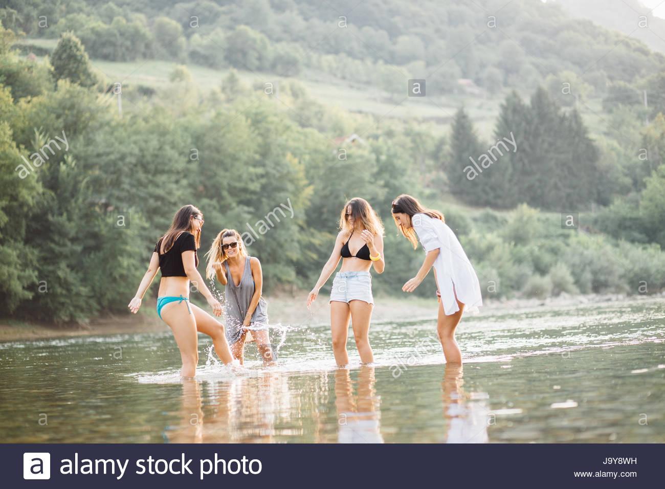 Giovani donne sulla spiaggia in estate tramonto avente una buona volta Immagini Stock