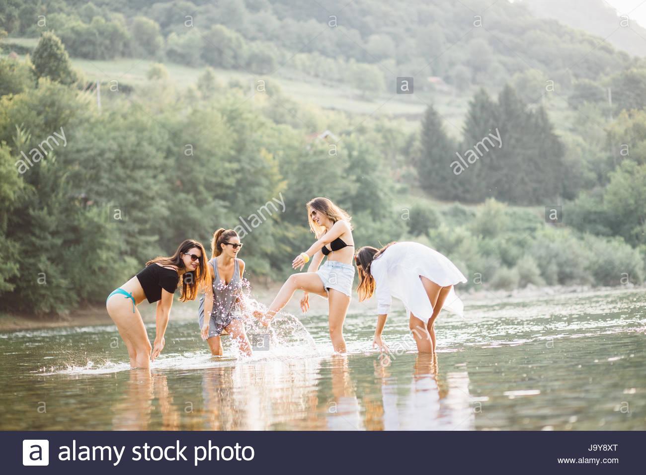 Giovani donne sulla spiaggia in estate tramonto avente una buona volta Foto Stock