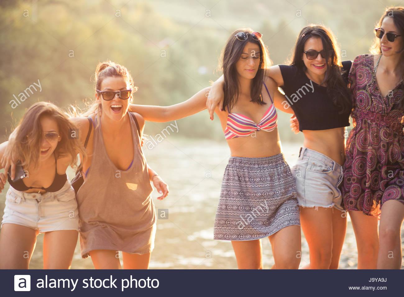 Giovani donne godono sulla spiaggia sul giorno di estate Foto Stock
