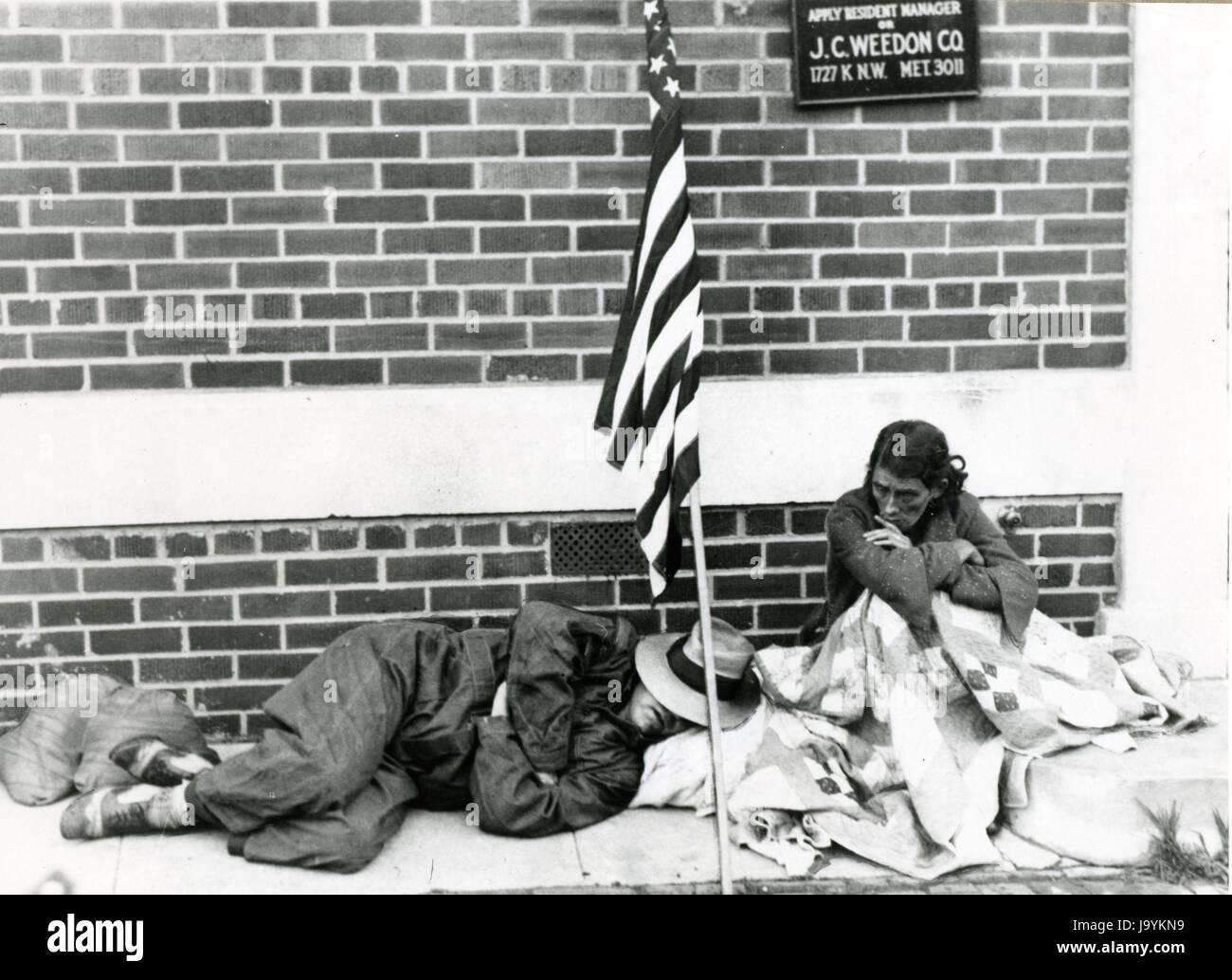 Washington, a luglio, 1932 - I Guerra Mondiale veterano e sua moglie si appoggiano su un marciapiede sotto la loro Immagini Stock