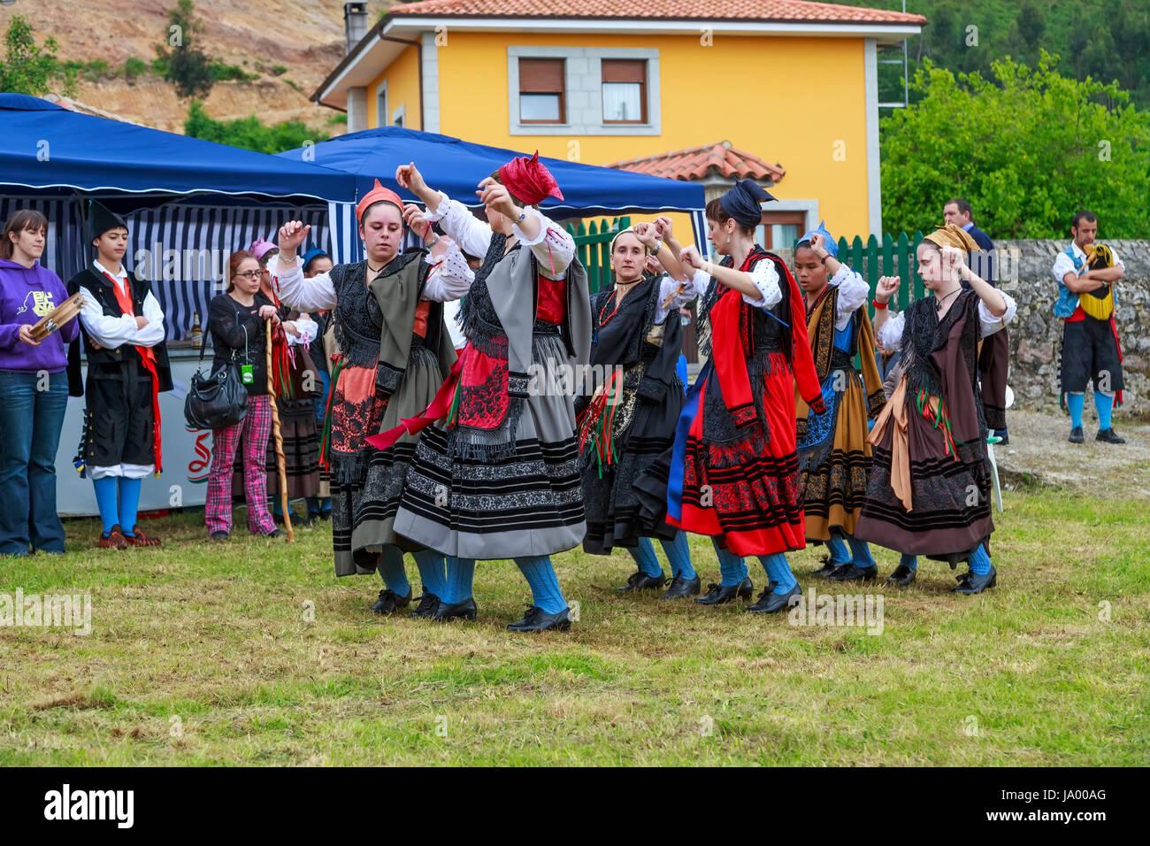 BUELNA, Spagna - 23 giugno: Il gruppo di musica da ballo Entremontañas Virgen de la Cuesta in ballo tradizionale Immagini Stock