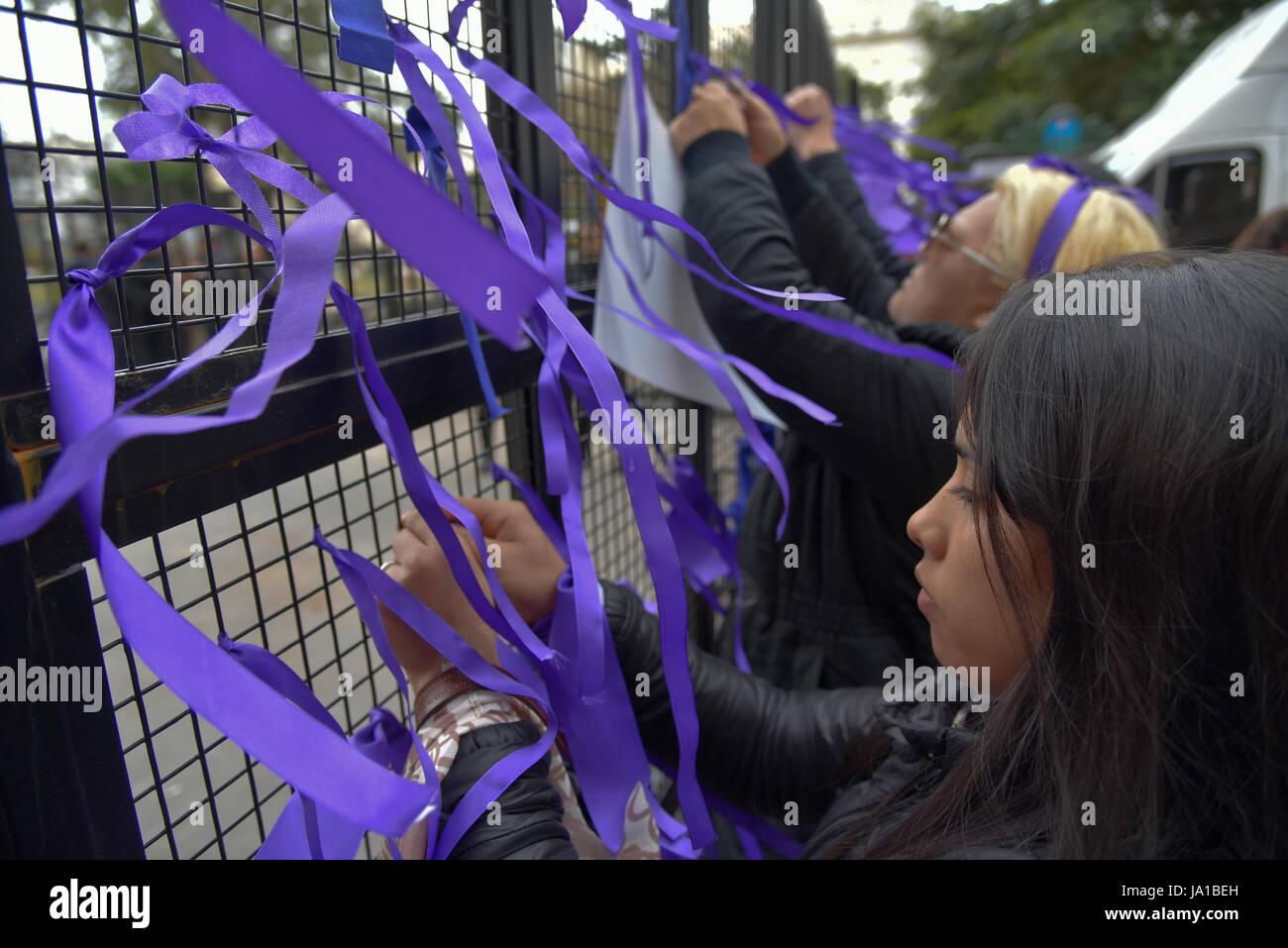 Buenos Aires, Argentina. Il 3 giugno, 2017. Le persone che si preparano per un Ni n.a. Menos (non uno di meno) marzo Immagini Stock