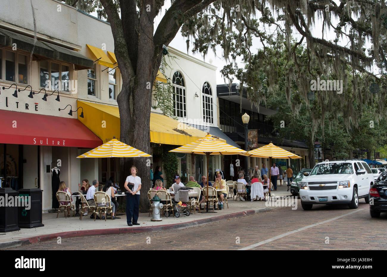 Winter Park Florida Park Avenue traffico e negozi ristoranti e caffetterie in esclusiva shopping di lusso Foto Stock