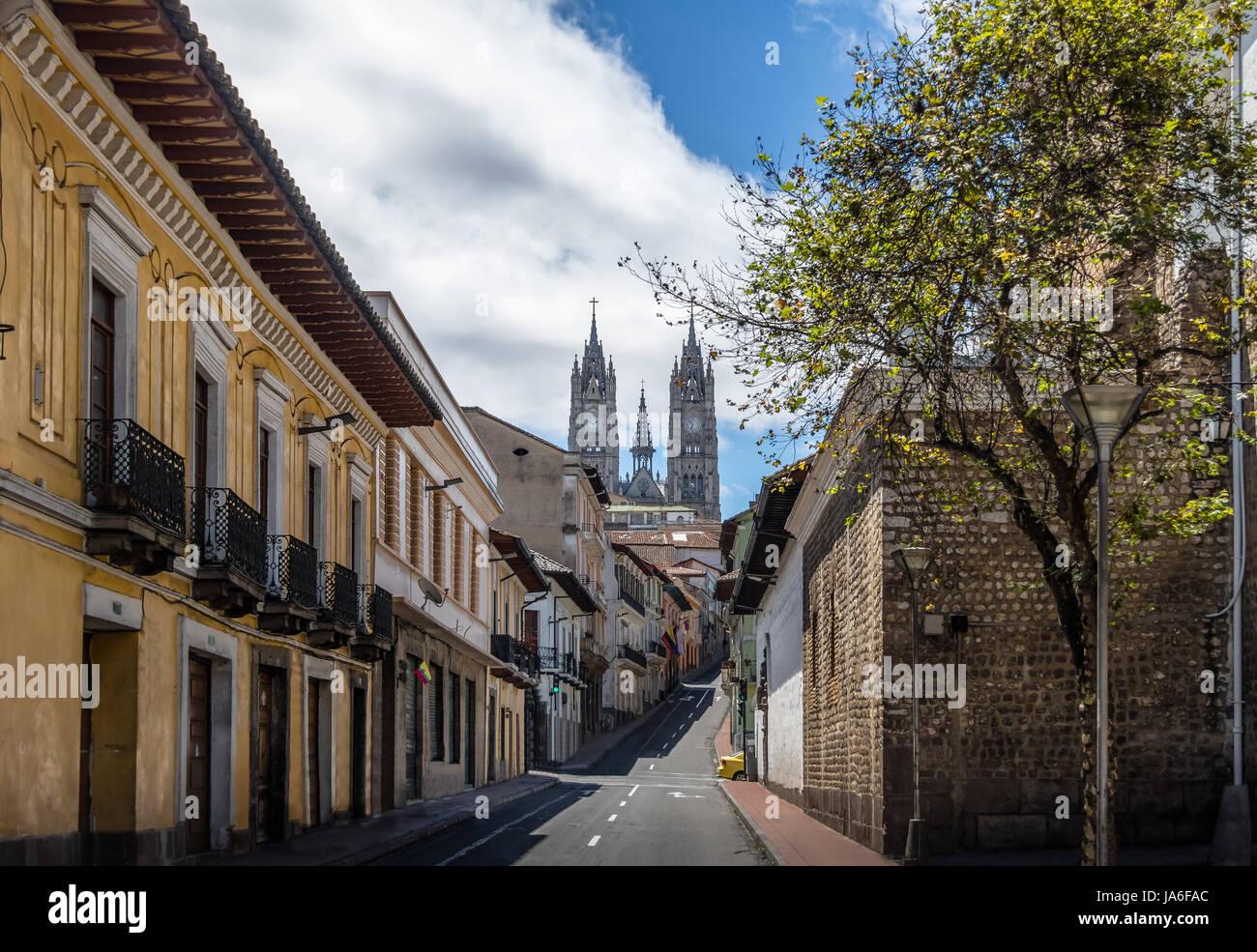 Strada di Quito e la Basilica del Voto Nacional - Quito, Ecuador Immagini Stock