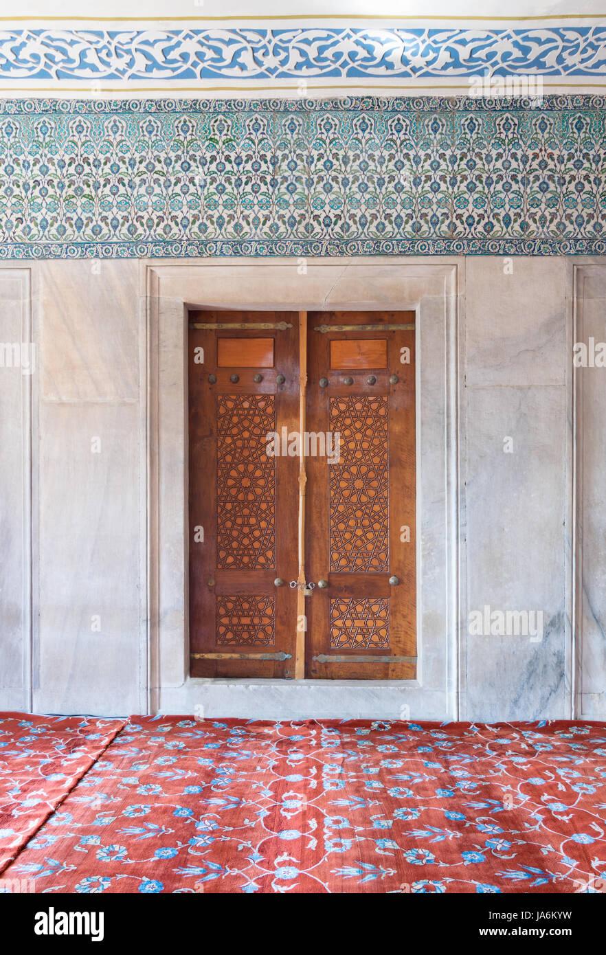 Invecchiato in legno porta inciso parete di marmo e - Piastrelle di marmo ...