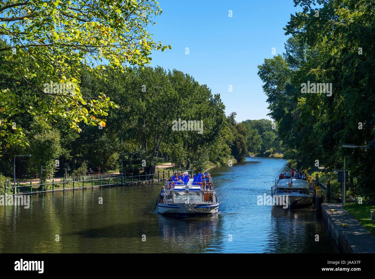 Crociera sul Fiume barca sul Canal Landwehr nel Tiergarten di Berlino, Germania Immagini Stock