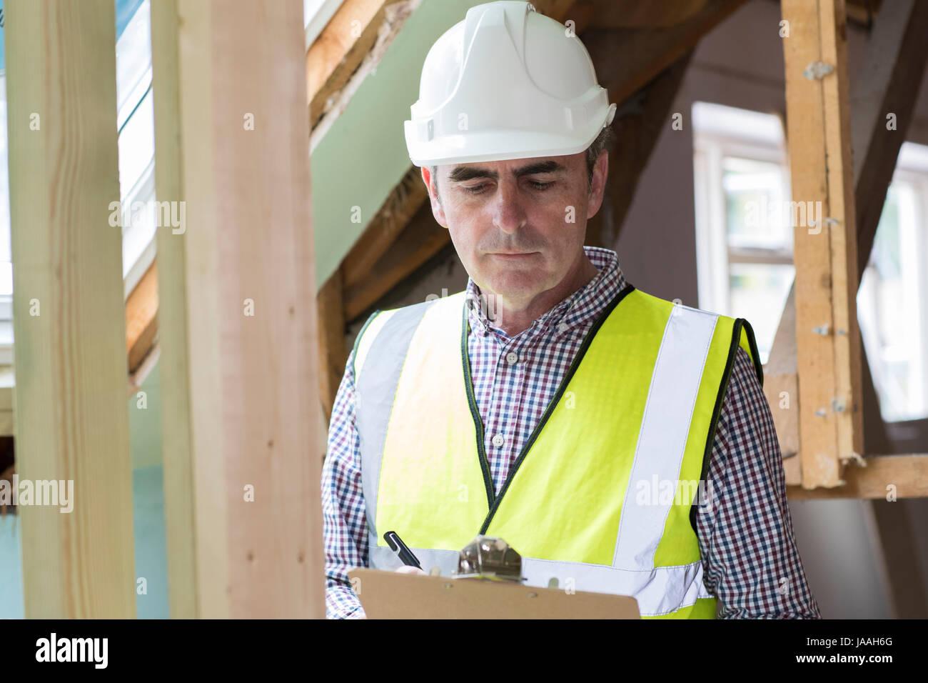 Ispettore edificio guardando alla nuova proprietà Immagini Stock