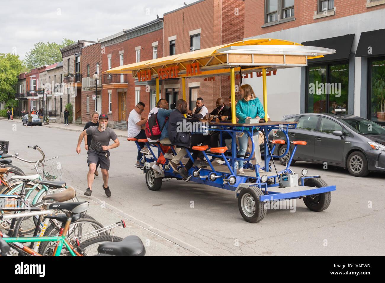"""Montreal, Canada - 03 Giugno 2017: persone su """"Velo Festif' party bike nel Plateau Immagini Stock"""