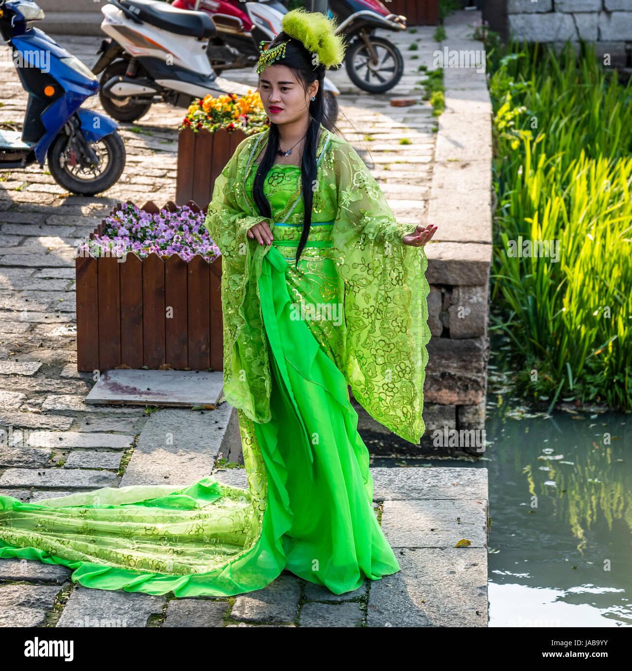963dc3b4982d Donna vestito in abiti tradizionali in posa per un fotografo