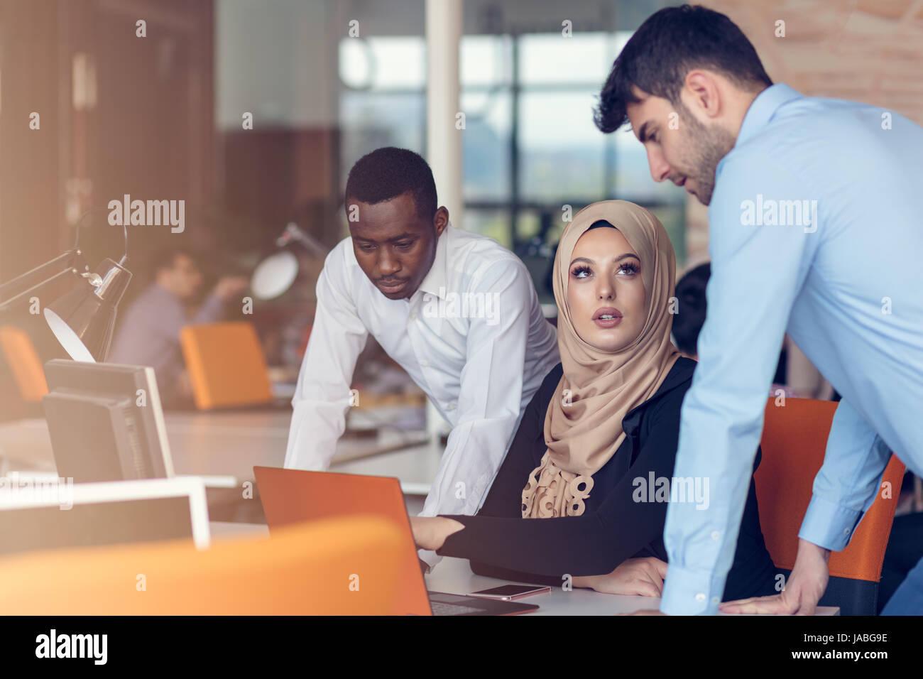 Multirazziale business contemporaneo persone che lavorano Immagini Stock