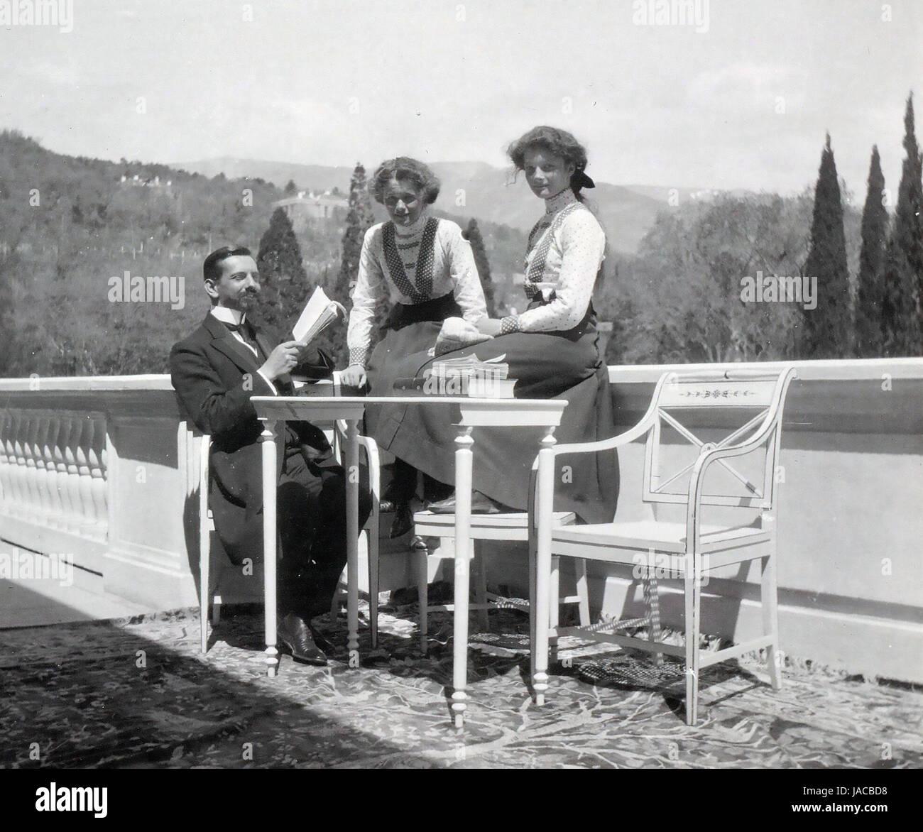 PIERRE GILLARD (1879-1962) lingua svizzero al tutor di figli di Nicola II qui con la Granduchessa Olga a sinistra Immagini Stock