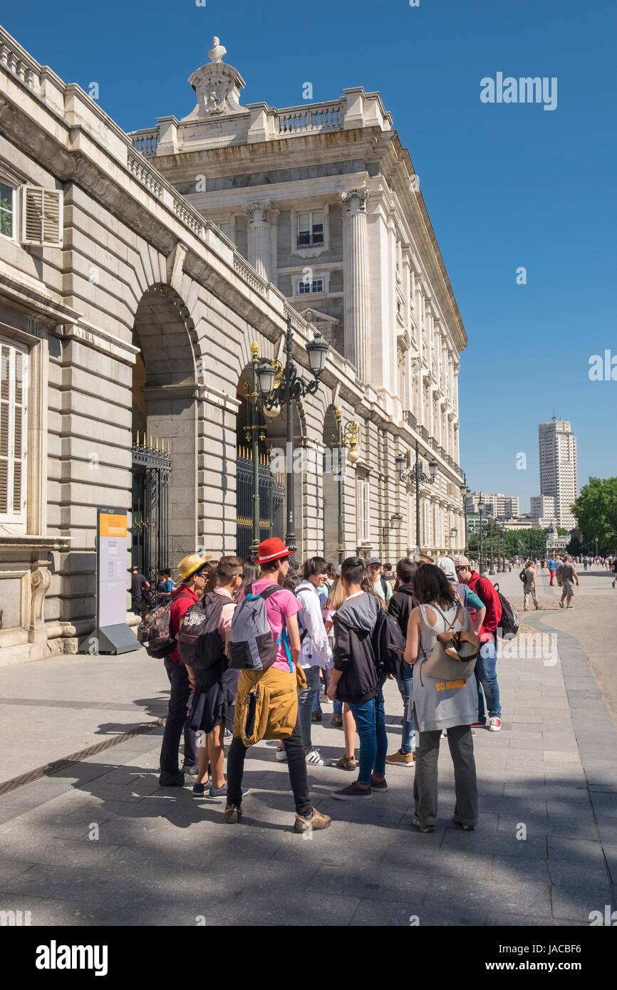 I turisti al di fuori del Palacio Real edificio, Madrid, Spagna Immagini Stock