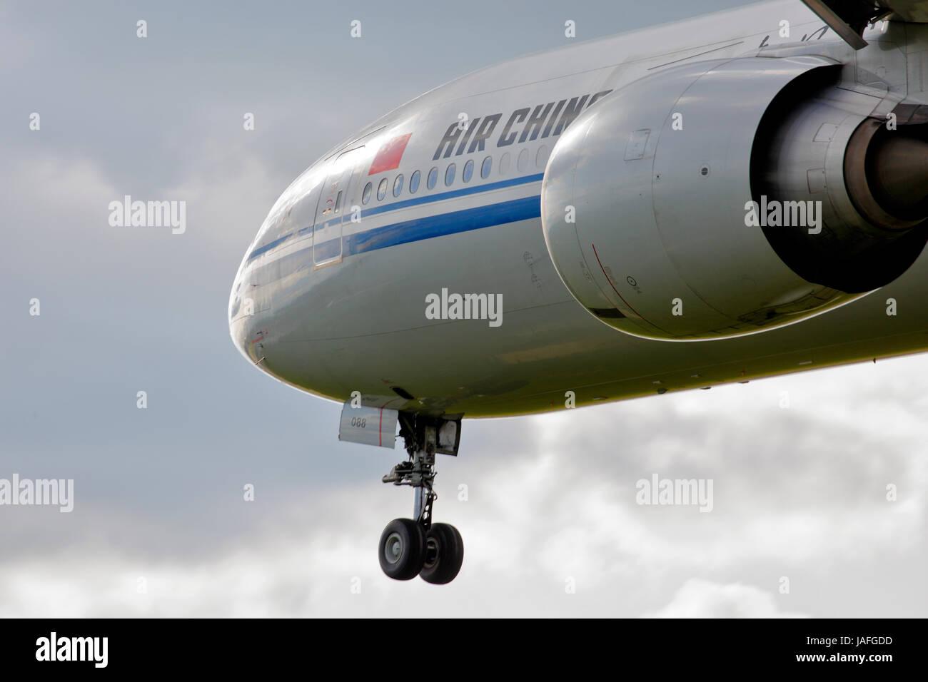 B-2088 Air China Boeing 777-300 cn-38668/979 stretto colpo di naso e motore, sulla rotta di avvicinamento all'aeroporto Immagini Stock