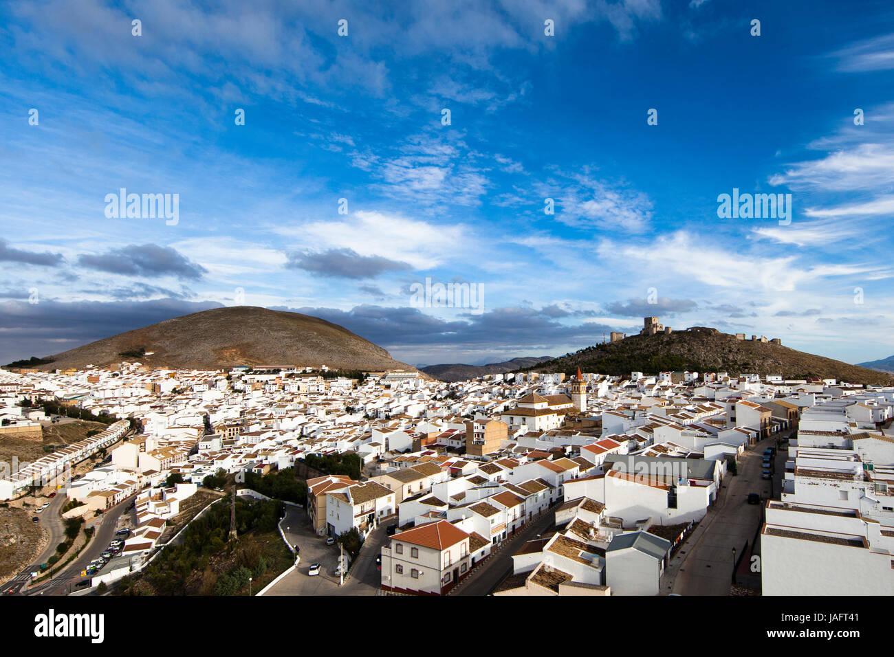 Centro storico di Teba con Castillo de la Estrella, provincia di Malaga, Andalusia, Spagna Immagini Stock
