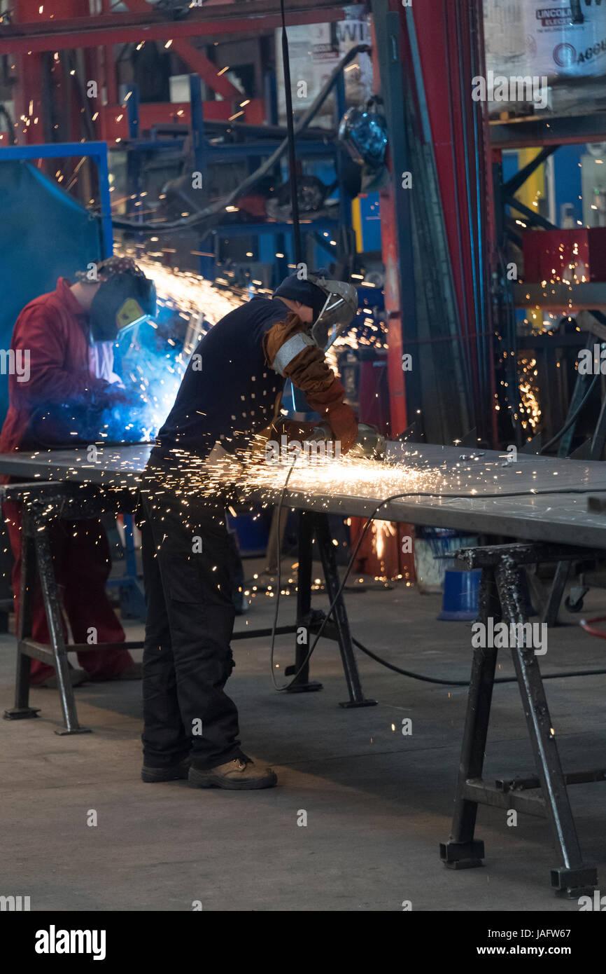 I lavoratori di una fabbrica di lavorazione del metallo sul piano del negozio. Foto Stock