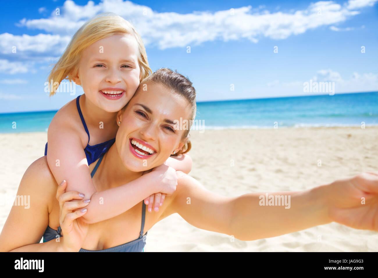Costumi Da Bagno Per Bambino : Sun kissed bellezza. sorridente giovane madre e bambino in costume