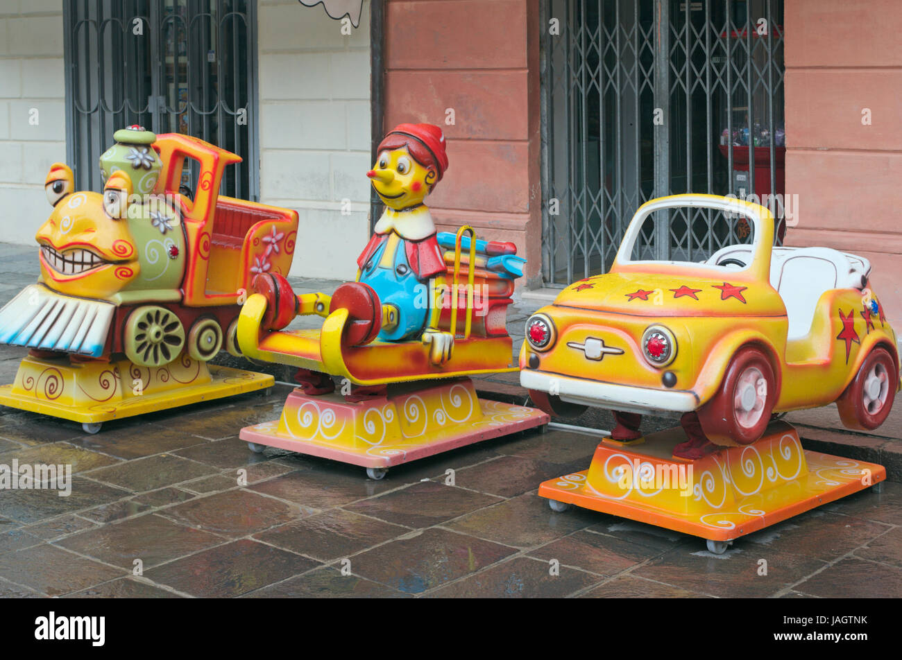 Parco Giochi Per Bambini Sulla Strada Con Ride Su Macchine A Gettoni