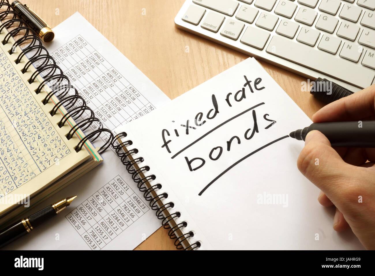 Obbligazioni a tasso fisso scritto in una nota. Concetto di trading. Immagini Stock